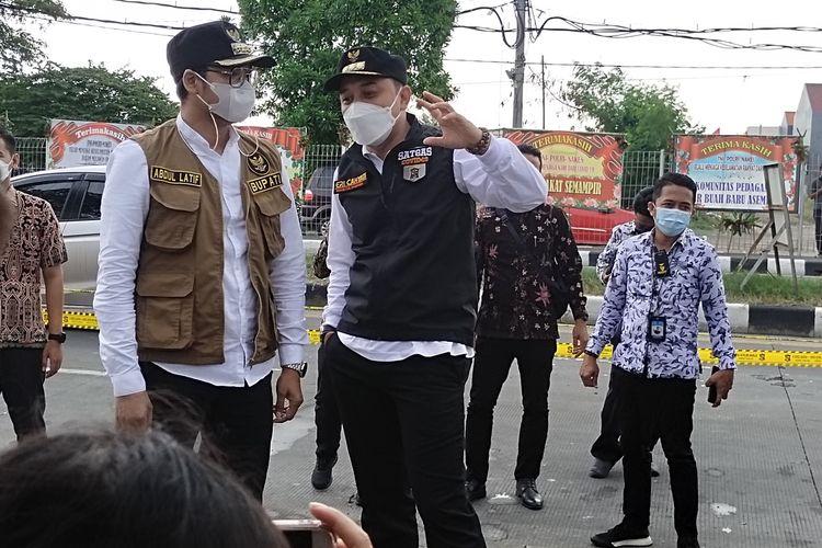 Eri Cahyadi Wali Kota Surabaya dan RK. Abdul Latif Amin Imron Bupati Bangkalan saat Mengunjungi di Posko Penyeketan sisi Surabaya, Jum'at (18/6/2021).