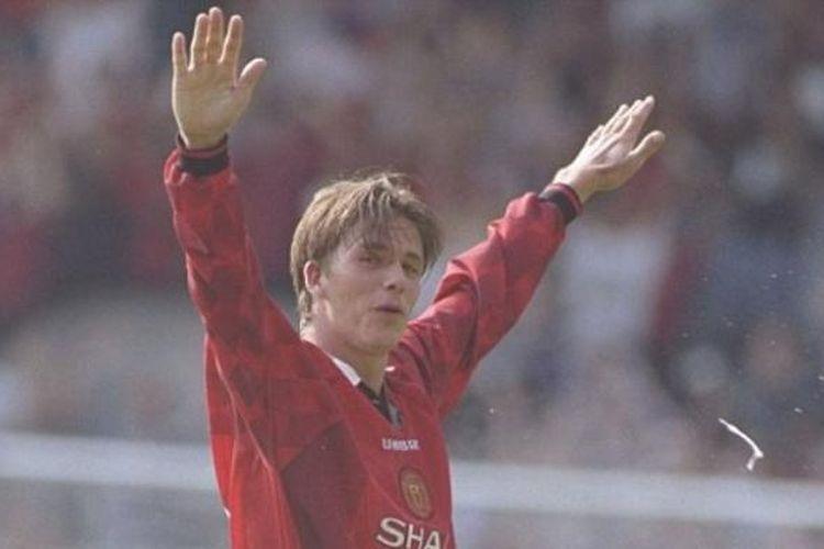 David Beckham mencetak gol dari jarak jauh ke gawang Wimbledon pada pertandingan perdana musim 1996-1997