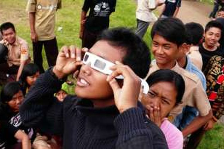 Sejumlah anak-anak mengantre menggunakan kacamata khusus untuk melihat gerhana saat pengamatan peristiwa gerhana matahari cincin terlihat jelas di Lapangan Sepakbola Universitas Lampung (Unila), Bandar Lampung, Lampung, Senin (26/1/2009).