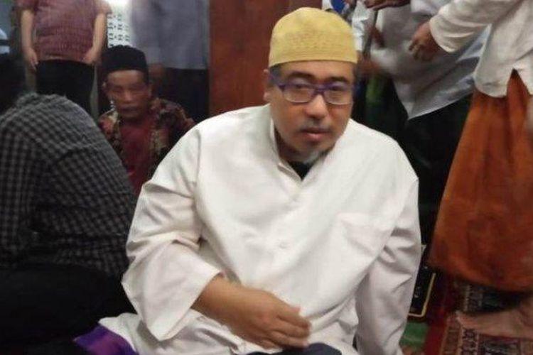 Gus Kamil, putra Mbah Moen, saat menjelaskan alasan ayahnya dimakamkan di Mekkah, Selasa (6/8/2019).