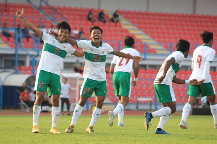 Para pemain Timnas U19 Indonesia melakukan selebrasi usai mencetak gol ke gawang Qatar, Kamis (17/9/2020)