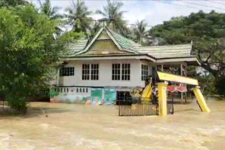 Ketinggian banjir yang merendam Kabupaten Wajo, Sulawesi Selatan, Sabtu (28/8/2021).