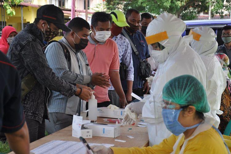 Sejumlah Petugas Pemutakhiran Data Pemilih (PPDP) mengikuti rapid test COVID-19 di Medan, Sumatera Utara, Selasa (7/7/2020). KPU Medan melaksanakan rapid test terhadap 4.292 PPDP yang bertujuan untuk memastikan seluruh petugas dalam keadaan sehat dari virus COVID-19 dan memberikan rasa kenyamanan kepada masyarakat yang ikut memilih dalam Pilkada Kota Medan 2020. ANTARA FOTO/Septianda Perdana/foc.
