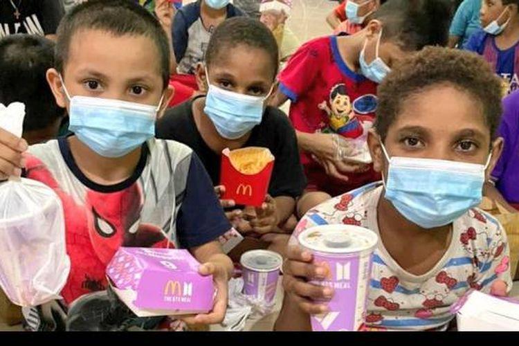 Anak-anak panti asuhan di Cilincing, Jakarta Utara, tersenyum ceria menerima donasi BTS Meal dari ARMY, Rabu (9/6/2021).