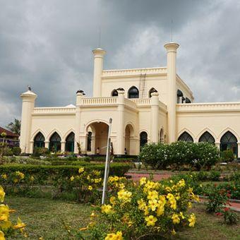 Istana Siak Sri Inderapura merupakan kediaman resmi Sultan Siak yang dibangun pada tahun 1889 oleh Sultan Syarif Hasyim Abdul Jalil Syaiffudin. Keberadaan istana di Kabupaten Siak, Riau ini menarik perhatian wisatawan nusantara maupun wisatawan mancanegara. Foto diambil Kamis (2/2/2017).