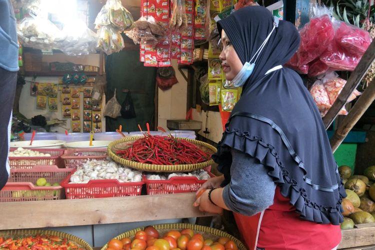 Wiwit, Pedagang cabai di Pasar Rawa Badak, Koja, Jakarta Utara keluhkan harga cabai rawit yang melonjak hingga tembus Rp 100.000 per kilogram, Jumat (8/1/2021)..