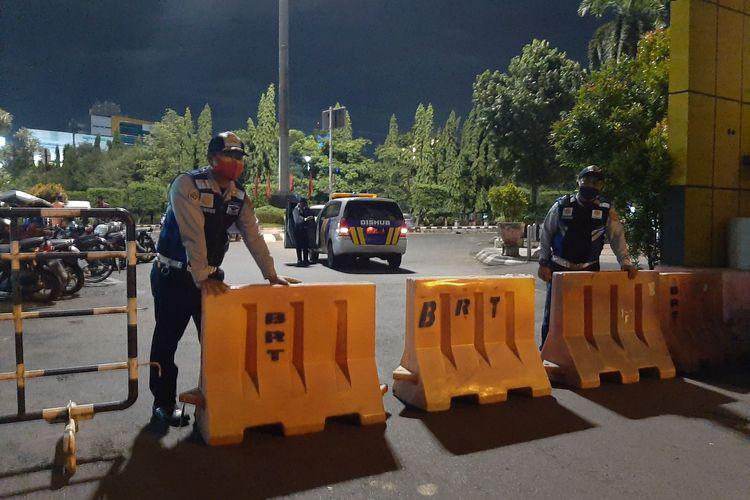 Petugas Dishub menutup ruas Jalan menuju Simpang Lima, Senin (11/1/2021).