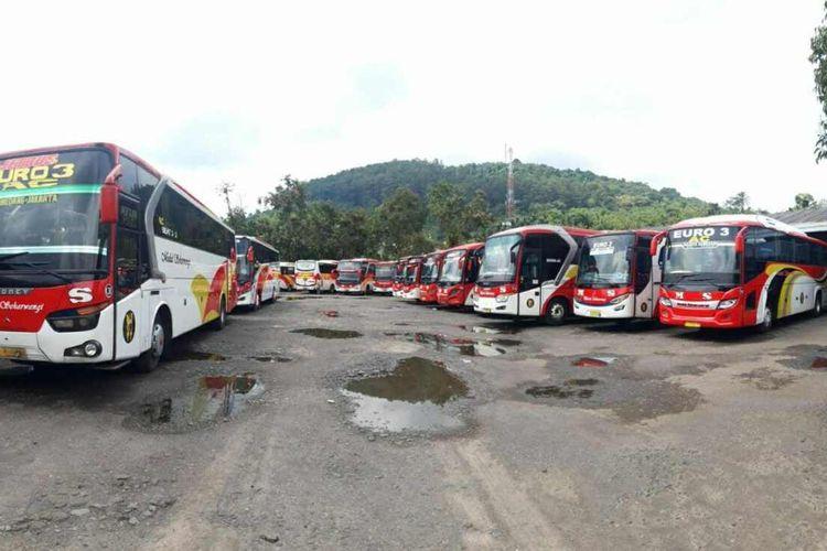 Puluhan Bus Medal Sekarwangi terparkir di lahan parkir milik perusahaan saat PSBB 3 bulan terakhir. Dok. Medal Sekarwangi/KOMPAS.com