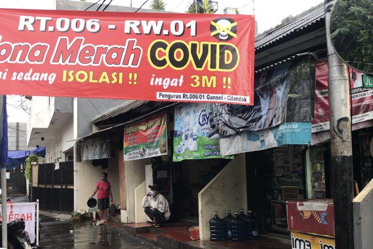 Sebuah perkampungan di Jalan Madrasah RT 006 RW 001 Gandaria Selatan, Cilandak, Jakarta Selatan lantaran adanya temuan 17 warga yang positif Covid-19 pada Senin (21/6/2021) sore.