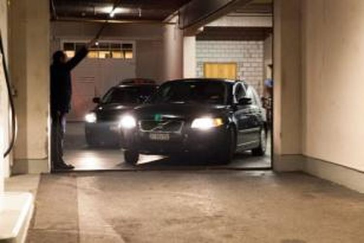 Mobil yang digunakan Kepolisian Swiss untuk menggiring sejumlah pejabat FIFA keluar dari Hotel Baur au Lac, Zurich, Kamis (3/12/2015).