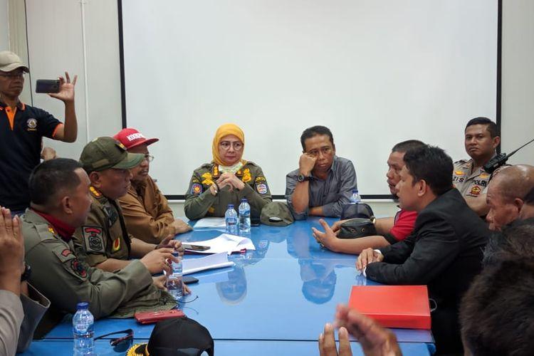 Perundingan Warga dengan Satpol PP Kota Depok di ruangan lokasi pembangunan UIII, Cisalak Depok, Senin (11/11/2019)