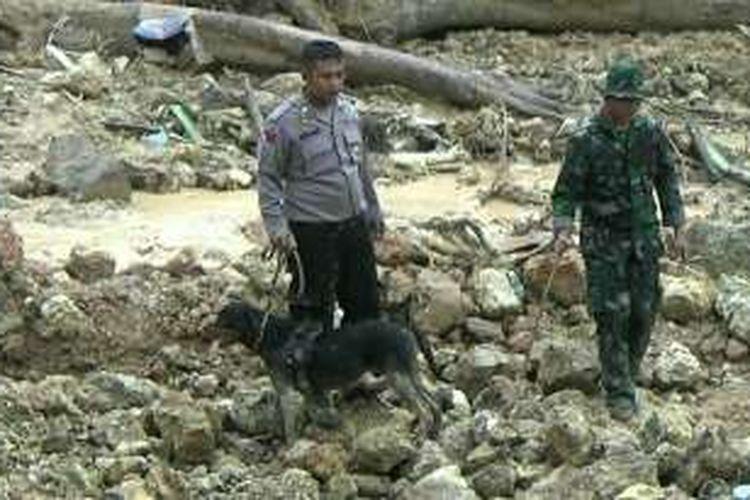 Anjing pelacak dikerahkan untuk membantu proses pencarian dua korban longsor di Karanganyar, Kamis (1/12/2016).