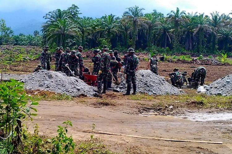 Aparat TNI mulai membangun pondasi huntara di wilayah Panampung, Rabu (22/7/2020).
