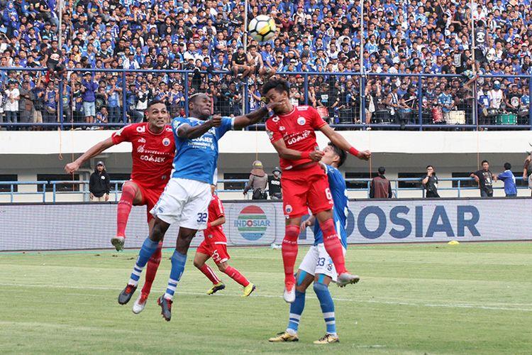 Bek Persib Bandung, Victor Igbonefo (biru) berduel dengan pemain Persija Jakarta (merah), saat kedua tim bentrok di Stadion Gelora Bandung Lautan Api (GBLA), dalam lanjutan pertandingan Liga 1 2018.
