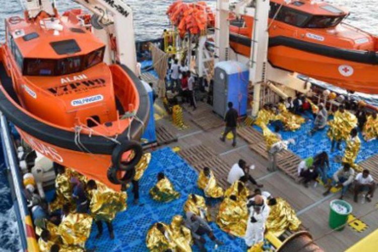 Para imigran dan pengungsi diselamatkan oleh kapal Topaz Responder yang dipakai LSM asal Malta dan Palang Merah Italia, dalam operasi penyelamatan di Laut Tengah, 2 November lalu.