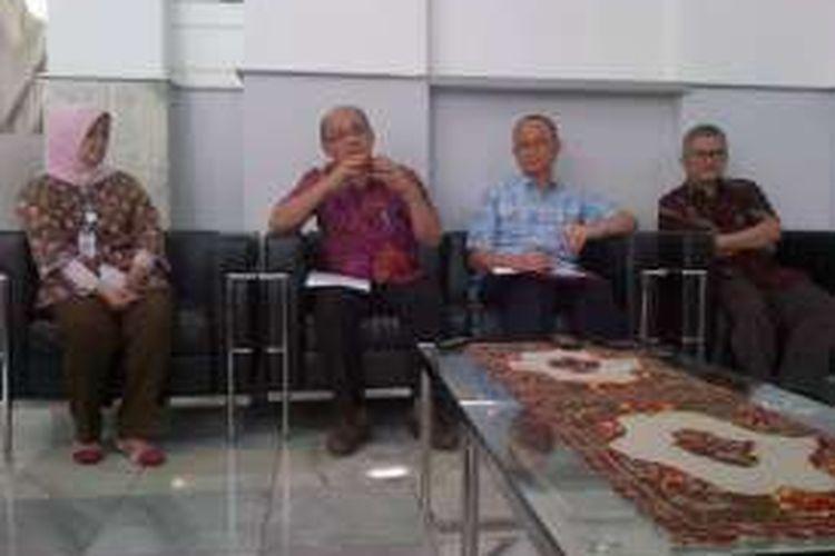 Tim dokter Rumah Sakit Hasan Sadikin (RSHS) Bandung saat memberikan keterangan kepada awak media terkait rencana operasi pemisahan bayi kembar siam asal Ciamis, di RSHS Bandung, Jum'at (9/9/2016). KOMPAS.com/DENDI RAMDHANI