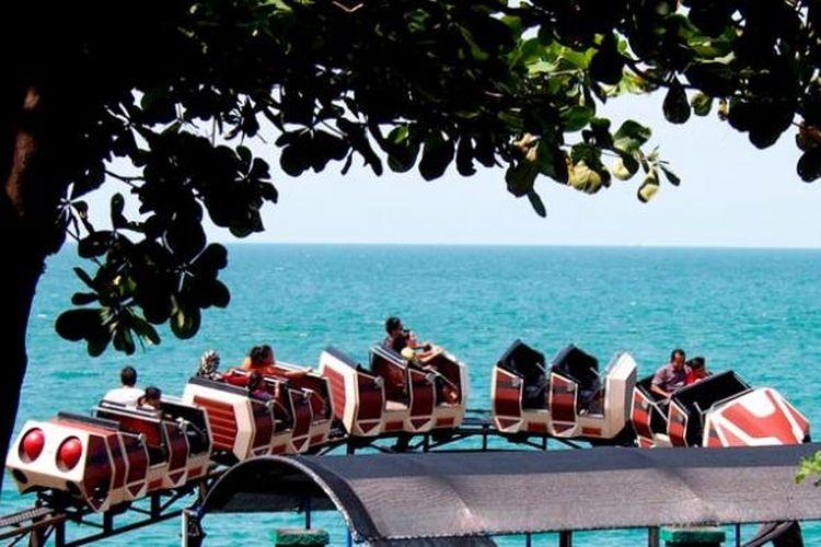 Wahana jet coaster di Wisata Bahari Lamongan yang berada persis di dekat laut terasa lebih memacu adrenalin. Sejumlah pengunjung yang menikmati wahana itu, Rabu (2/4/2014), berteriak histeris.