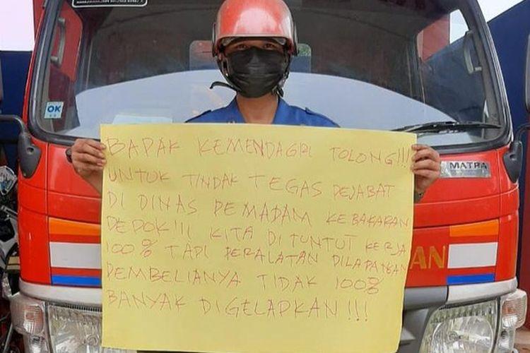 Seorang anggota Dinas Pemadam Kebakaran Kota Depok, Sandi, mem-posting foto berisi protes terhadap dugaan korupsi di instansinya.