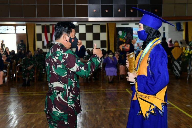 Panglima TNI Marsekal Hadi Tjahjanto menyaksikan langsung wisuda siswa angkatan pertama SMA Pradita Dirgantara diGedung Auditorium SMA Pradita Dirgantara,Boyolali,Jawa Tengah, Selasa (4/5/2021).