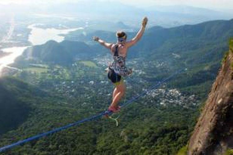 Beginilah aksi Faith Dickey (26) meniti kawat baja di ketinggian 840 meter dengan mengenakan sepatu hak tinggi.