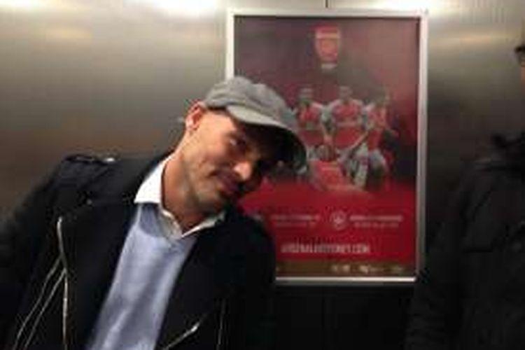 Fredrik Ljungberg berpose di depan sebuah poster promosi pertandingan Arsenal di Sydney 2017, Rabu malam (13/7/2016).