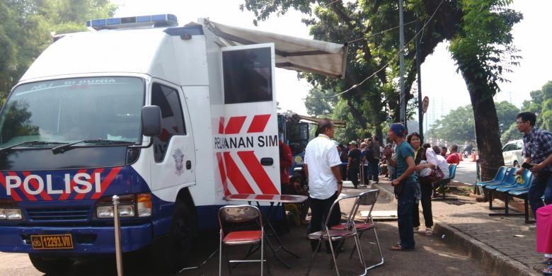 Layanan SIM Keliling di parkiran seberang Taman Makam Pahlawan Kalibata, Jakarta Selatan, Jumat (26/8/2016).