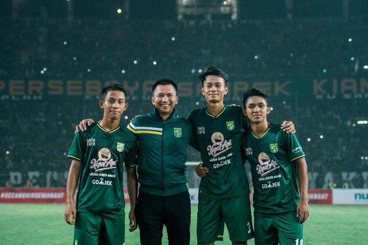 Zulfikar (Kiri), Presiden Persebaya Azrul Ananda, Koko Ari dan M Kemaluddin berfoto bersama usai laga Jogo Suroboyo Game di Stadion Gelora Bung Tomo, Surabaya, Sabtu (11/5/2019) malam.