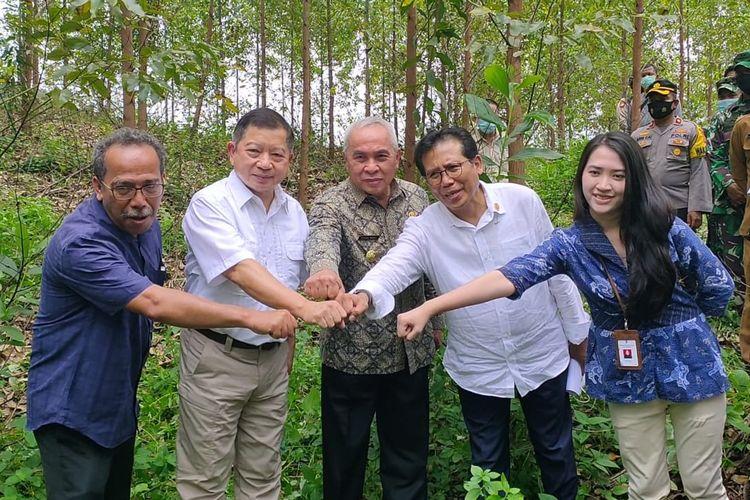 Menteri Perencanaan Pembangunan Nasional Suharso Monoarfa saat meninjau lokasi titik Istana Negara yang baru di Penajam Paser Utara, Kalimantan Timur, Senin (12/4/2021).