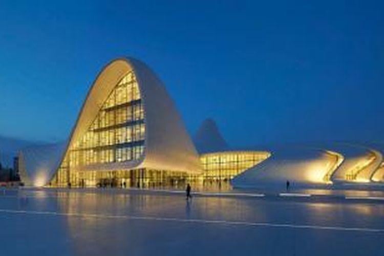 Hadid memainkan konsep geometri yang berliku-liku di keseluruhan desain. Konsep itulah yang membedakannya dengan arsitektur baku khas Soviet yang biasanya kaku dan sangat monumental.