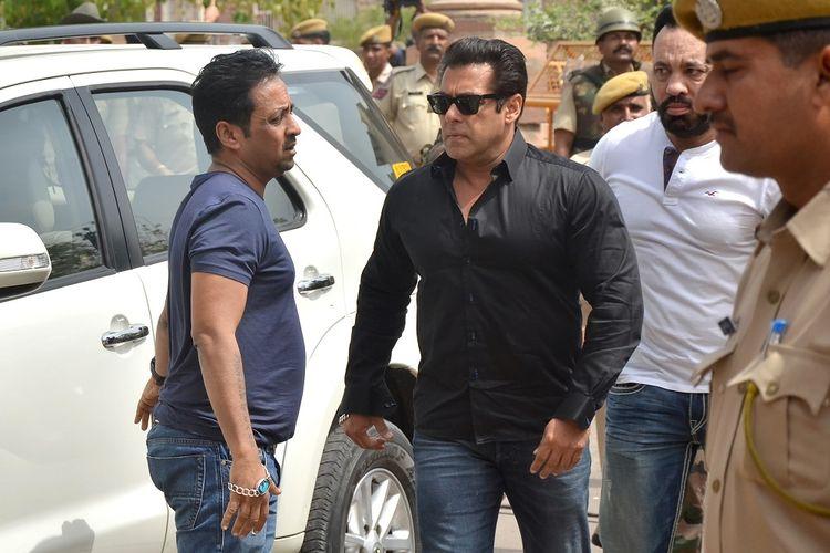 Aktor India Salman Khan tiba di pengadilan Jodhpur pada Kamis (5/4/2018) untuk menghadiri sidang pembacaan vonis kasus pembunuhan satwa liar yang terjadi pada 1998.