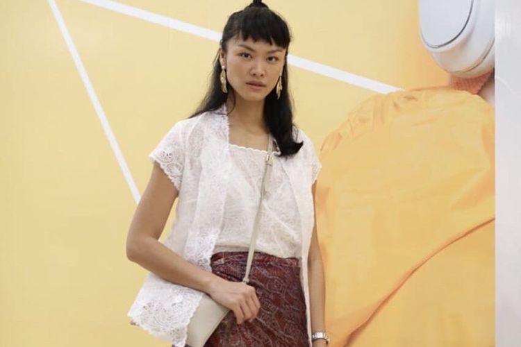 Model Kelly Tandiono ketika memakai kain dari Parang Kencana.