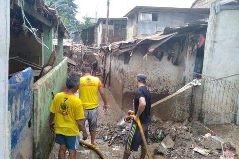 Bersihkan Lumpur Selepas Banjir, Warga: Dari Sabtu Enggak Kelar-kelar