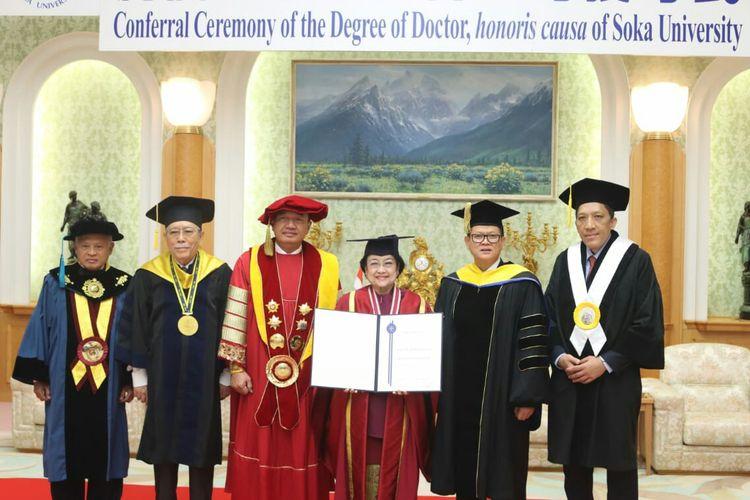 Presiden kelima RI Megawati Soekarnoputri menerima gelar doktor honoris causa dari Universitas Soka Jepang, Rabu (8/1/2020).