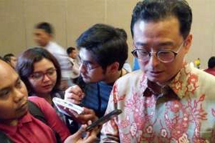 (kanan, berbaju batik) Wakil Ketua Asosiasi Industri Perangkat Telematika Indonesia Lee Kang Hyun saat menghadiri Indonesia LTE Conference 2016 di Balai Kartini, Jakarta, Rabu (18/5/2016)
