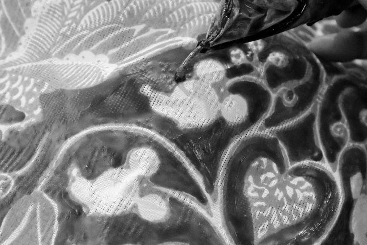 Proses balik layar pembuatan batik koleksi kolaborasi Disney Indonesia dan Iwan Tirta Private Collection salam rangka perayaan ulang tahun ke-90 Mickey Mouse.