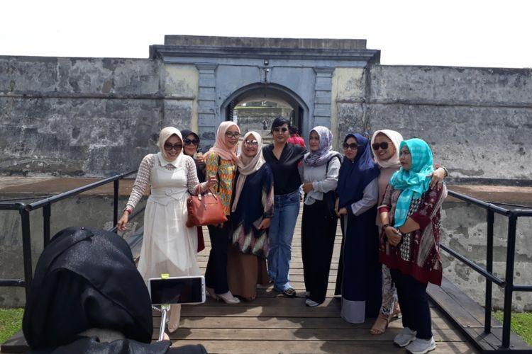 Maya Miranda Ambarsari bersama rekannya mengunjungi Benteng Marlborough di Kota Bengkulu, Selasa (22/1/2019).