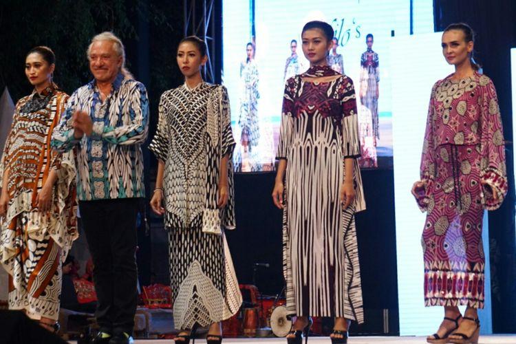 Emilio Migliavacca (kedua dari kiri), desainer asal Italia saat tampil Banyuwangi Batik Festival 2017 di Taman Blambangan Banyuwangi Sabtu Malam (29/7/2017)