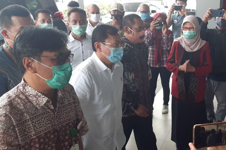 Menteri Kesehatan, Terawan Agus Putranto dan Wali Kota Solo, FX Hadi Rudyatmo dalam kunjungannya di RSUD Bung Karno Solo, Jawa Tengah, Jumat (3/7/2020).