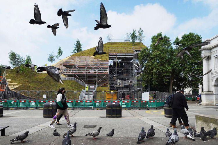 Proyek pembangunan Marble Arch Mound di London tengah yang masih berjalan pada Selasa (13/7/2021). Dari bukit buatan setinggi 25 meter ini pengunjung dapat melihat sekeliling London meliputi Hyde Park, Mayfair, dan Marylebone jika sudah dibuka untuk umum.