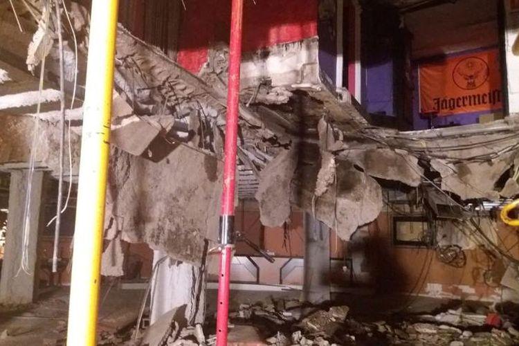 Lubang terlihat jelas di lantai sebuah klab di kota Adeje, Spanyol setelah runtuh pada Minggu (26/11/2017) dini hari.