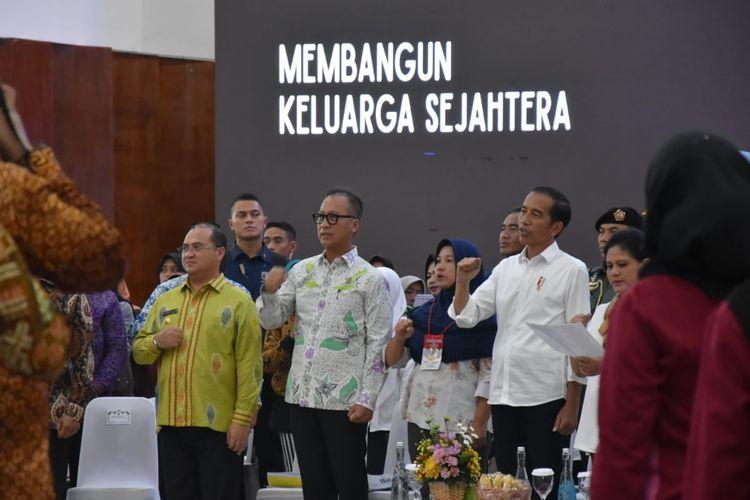 Presiden Jokowi saat melakukan pertemuan dengan Keluarga Penerima Manfaat (KPM) Program Keluarga Harapan (PKH) dan Bantuan Pangan Non Tunai (BPNT) di Bangka Belitung.