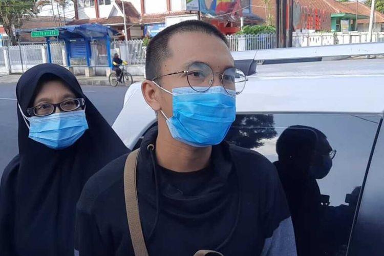 Foto-foto Asep Lutfi Suparman (23), keluar dari Lapas Kelas II B Tasikmalaya seusai menjalani kurungan 3 hari karena melanggar PPKM Darurat, Minggu (18/7/2021).