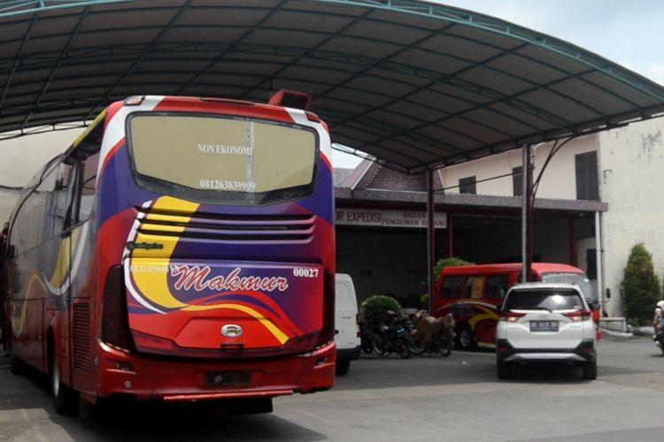 Suasana lengang di pool bus Makmur di Jalan Sisingamangaraja, Selasa (4/5/2021) sore.