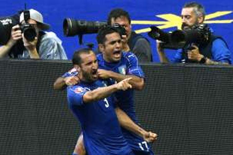 Bek Italia, Giorgio Chiellini (kiri), mencetak gol dan melakukan selebrasi bersama striker Citadin Martins Eder pada pertandingan babak 16 besar Piala Eropa 2016 melawan Spanyol di Stadion Stade de France, Saint-Denis, Senin (27/6/2016). Italia menang 2-0.