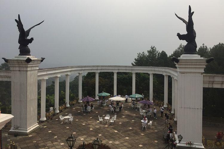 Pillar di Villa Puri Joya yang menghadap langsung ke pemandangan Gunung Salak