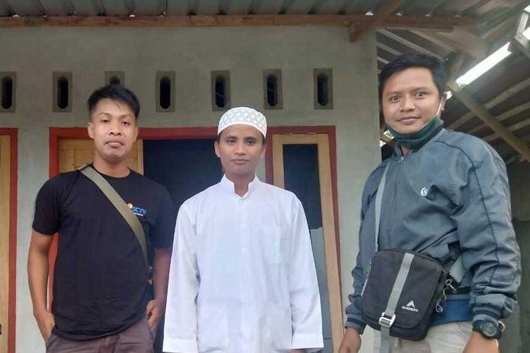 Abdul Manan Swandi (tengah) saat ditemui wartawan di rumahnya.