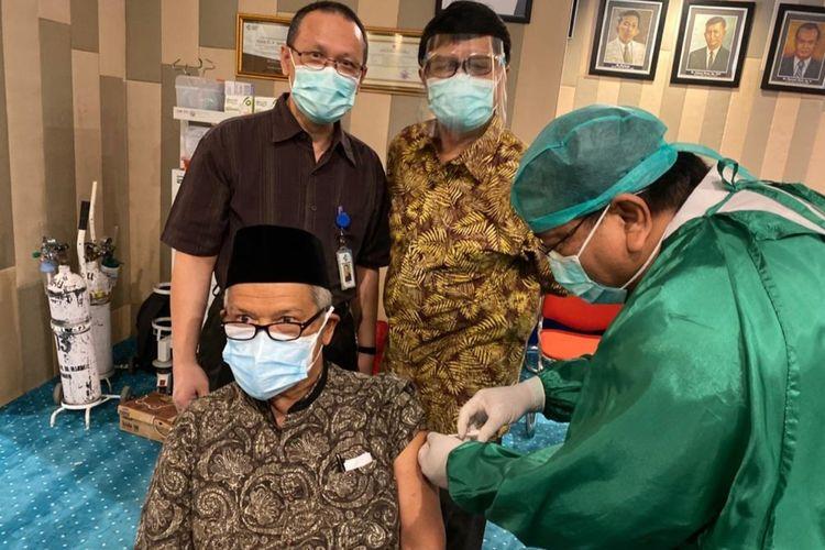 Dokter Hadril Busudin disuntik vaksin oleh Dirut RSUP M Djamil Padang, Yusirwan beberapa waktu lalu