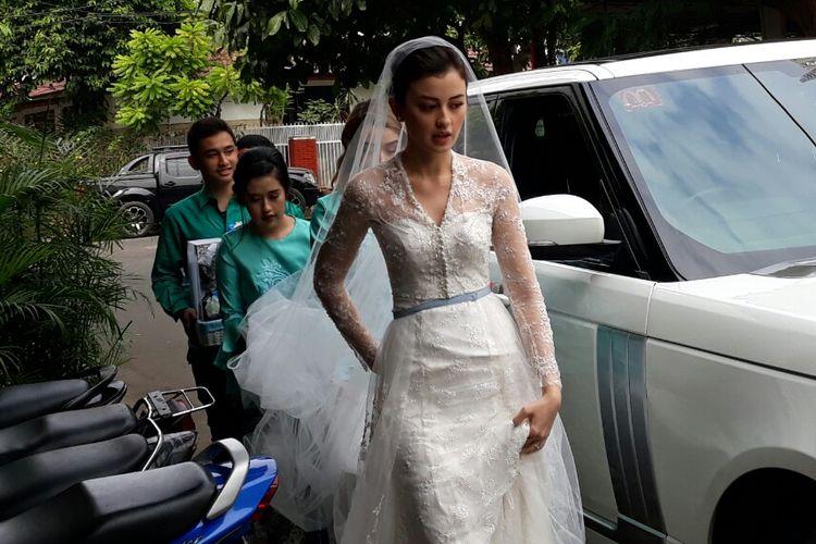 Mengenakan gaun pengantin, artis peran Kimberly Ryder tiba di Masjid Al-Ihsan, Jakarta Selatan Kebayoran Baru, Jakarta Selatan, Minggu (26/8/2018) pagi. Kimberly menikah dengan artis peran Edward Akbar.