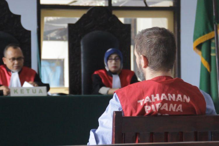Mataram, Kompas.Com- Sidang Dorfin Felix, Senin (1/4) ditunda karena saksi ahli batal datang