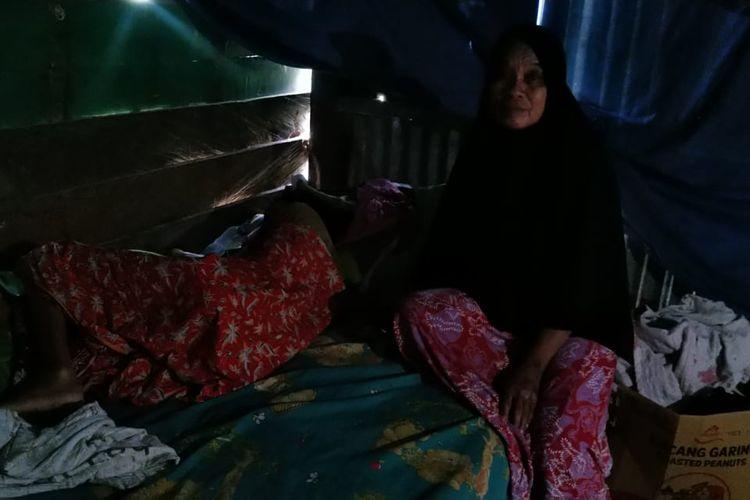 Andi Niswa (50) ibu dari Susi Susanti (20) yang berusaha tegar dengan kondisi putrinya yang sakit tiba tiba, ia rela berhenti kerja demi untuk menjaga buah hatinya